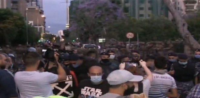 """توتر كبير في محيط """"الداخلية"""" بين متظاهرين وقوى الأمن"""