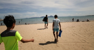 بشرى للمصطافين: عالم فيروسات يؤكد أن مياه البحر والمسابح لا تنقل كورونا!