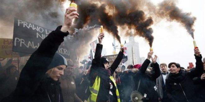 محتجون اقتحموا كنائس في بولندا اعتراضاً على حظر شبه كامل للإجهاض في البلاد